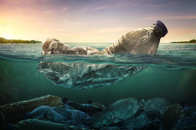 foto del mare inquinato per la plastica