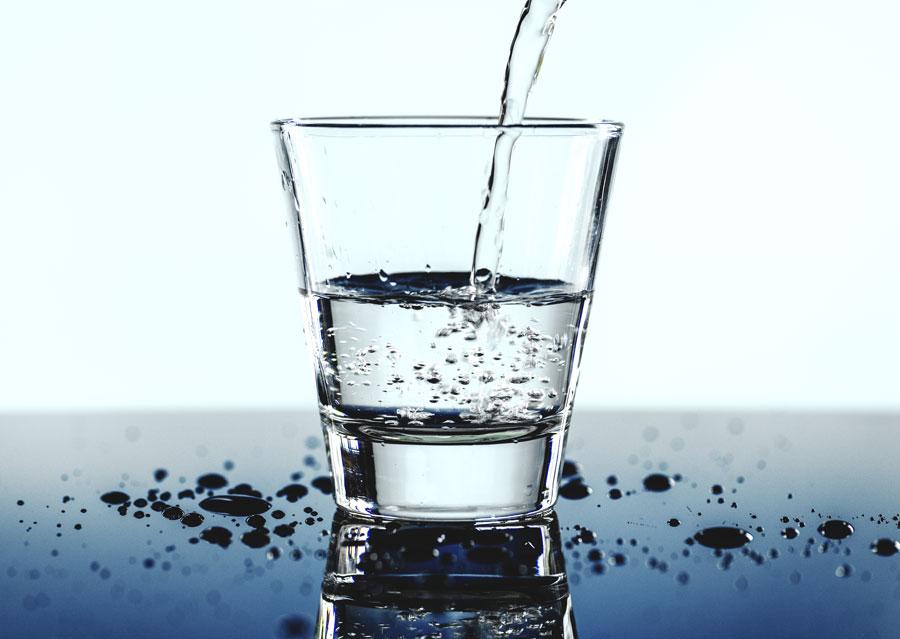 foto bicchiere d'acqua